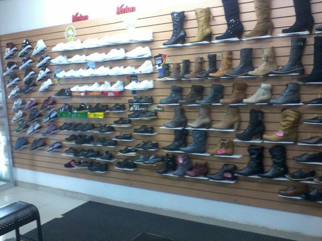 Im genes de se vende almacen de calzado en bogot for Muebles para zapatos bogota